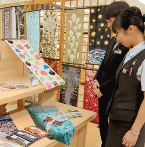 浜松産の織物生地を使った作品が並ぶ店内=浜松市中区の遠鉄百貨店で