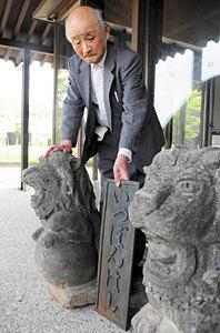 ライオン像と銘板を前に「用水と橋の歴史を多くの人に知ってほしい」と話す斎藤さん=砺波市となみ散居村ミュージアムで
