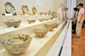 幕末期の犬山焼が多数並ぶ会場=関市小屋名の県博物館で