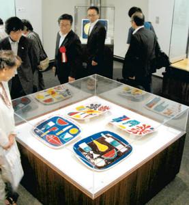色鮮やかで幻想的な作品を見て回る来場者=瀬戸市美術館で