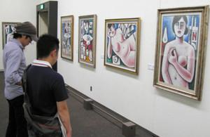 画家としての才能が発揮された絵画も並ぶ=瀬戸市美術館で