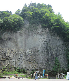 ダイナミックな巌立の下半分は柱状節理だ=いずれも岐阜県下呂市小坂町で