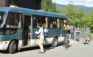 夏山営業開始に向けて出発する白山室堂ビジターセンターのスタッフ=白山市白峰で