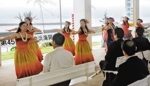 海開きを祝ってフラダンスを披露する「カイラニ」のメンバーたち=志摩市志摩町御座の白浜パールキャンプ場で