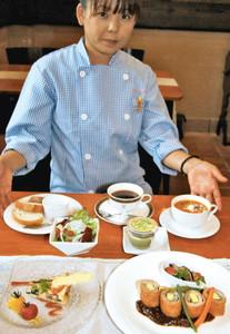 肉味噌ソースつきの豚肉とナスのミルフィーユカツレツなどを取り込んだ「地元野菜の夏限定季節ランチ」=池田町本郷の洋菓子レストラン「サンローヤル」で