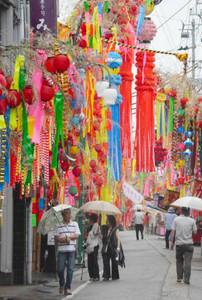 色とりどりの七夕飾りで彩られた通り=富山県高岡市戸出町で