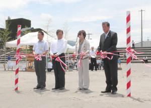 金森悦子美浜町観光協会長(右から2人目)や山口治太郎町長(同3人目)らによるテープカット=同町の久々子海水浴場で