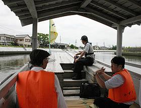 勢田川をゆっくり進む木造和船「みずき」