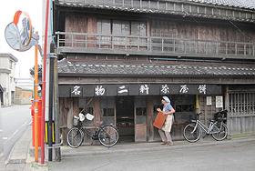 江戸時代の面影が残る二軒茶屋餅角屋本店