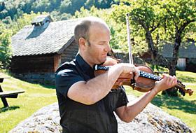 野外で民族楽器「ハダンゲルバイオリン」の音色を響かせる奏者=いずれもノルウェー・ハダンゲルフィヨルドで