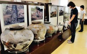 移転開設され、須恵器の大がめなどを公開する射水市考古資料展示室=同市小島で