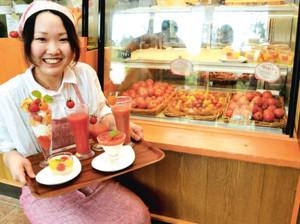 トマトを使ったジュースやスイーツを楽しめるカフェ=伊賀市西湯舟の「伊賀の里モクモク手づくりファーム」で
