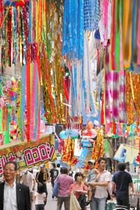 彩り豊かな吹き流しで飾られた円頓寺七夕まつり=西区那古野で