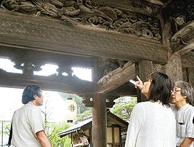 瑞泉寺山門の彫刻について解説する彫刻師