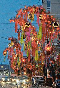 夕闇に浮かぶ七夕飾り=高岡市末広町で