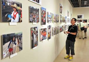 マラソンのレース中に撮影した写真が並ぶ会場=名古屋市中区の市民ギャラリー栄で