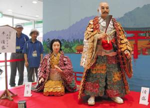 せともの祭を前に登場した陶製の着物を着た平清盛(右)と時子の人形=瀬戸市栄町のパルティせとで