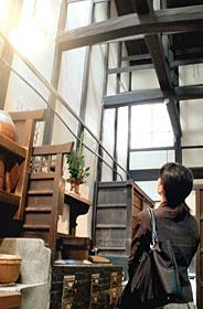 吹き抜けの天井で涼しさをもたらす京町家