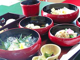 托鉢の鉢をかたどった泉仙の「鉄鉢料理」