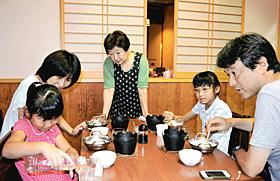 温泉を使った豆腐作りを体験する家族連れ