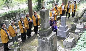 桃妖の墓に手を合わせる参加者ら=いずれも加賀市山中温泉で