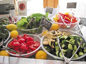レストランのサラダバーが人気=飯田市本町で