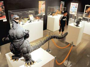 迫力満点の怪獣フィギュアやポスターが並ぶ特撮展=伊豆市湯ケ島で