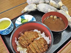 愛西市特産のレンコン(上)で作ったかば焼き丼