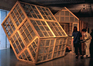 ガラス製の家の中にいすや本を置いた作品=福井市の県立美術館で