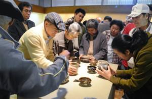 桃山時代の陶器の肌触りを確かめる愛好者ら=可児市久々利の豊蔵資料館で