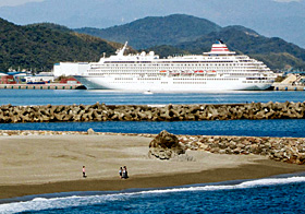 高知新港に寄港した「飛鳥Ⅱ」。 手前は高知市浦戸の桂浜