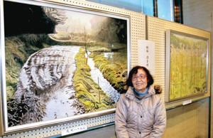 「夜明けの中池見」(左)など中池見湿地の風景を描く服部清子さん=敦賀市の敦賀信用金庫本店で