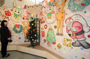 クリスマスにちなんだ創作だこが展示された会場=東近江市の東近江大凧会館で