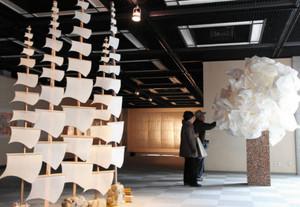 和紙を用いた外国人作家らの独創性あふれる作品が並ぶ会場=美濃市蕨生の美濃和紙の里会館で