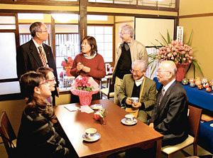 町家を改修したカフェの内覧会でくつろぐ住民=金沢市野町で