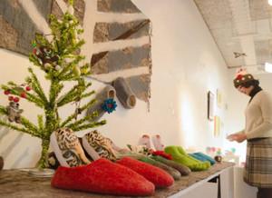 クリスマスプレゼント向けの作品が並ぶ会場=大津市のギャラリー唐橋で