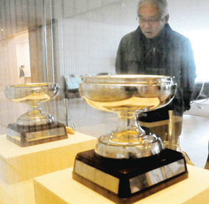 一般公開された天皇杯(手前)と皇后杯=岐阜市宇佐の県美術館で