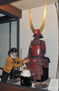 武家の習慣にならって設置された「具足飾」=彦根市の彦根城博物館で