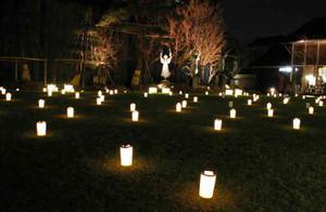 神秘的なあかりで照らされた松本市美術館の中庭=松本市で