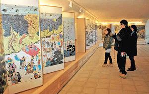 おかげ参りを描いた陶板画が設置され、生まれ変わった地下参道=伊勢市のおはらい町近くで
