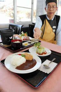 期間限定の合格カレーコロッケセット(手前)とシシ鍋定食(後ろ)=御在所岳山頂のレストラン・アゼリアで