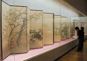 みやびやかな屏風を眺める人たち=松本市美術館で