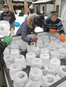 「氷雪の灯祭り」に向け氷の灯籠作りを進めるスタッフら=木曽町で