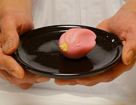 大河ドラマにちなみ創作された和菓子「八重桜」