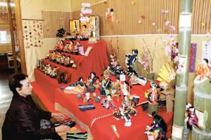 飾り付けの準備が進むおひなさま館=松阪市平生町で