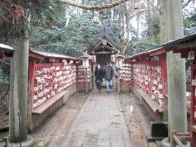 御利益を求めて菅原神社に参拝するカップル