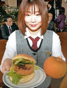 「きららか梨」を具材に新登場するナシのハンバーガー=射水市鏡宮で