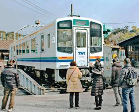 天竜二俣駅で転車台に見入る鉄道ファン