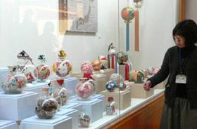 愛荘町立愛知川びんてまりの館に展示されている瓶手まり