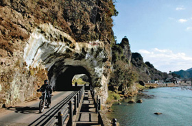 山国川沿いにある青の洞門。禅海和尚の不屈の精神が生んだと伝わる